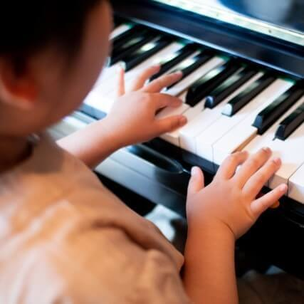 子どもの自己肯定感をもっと高める「ピアノの親子レッスン」。何才から始める?大切なことや、気をつけたいこと