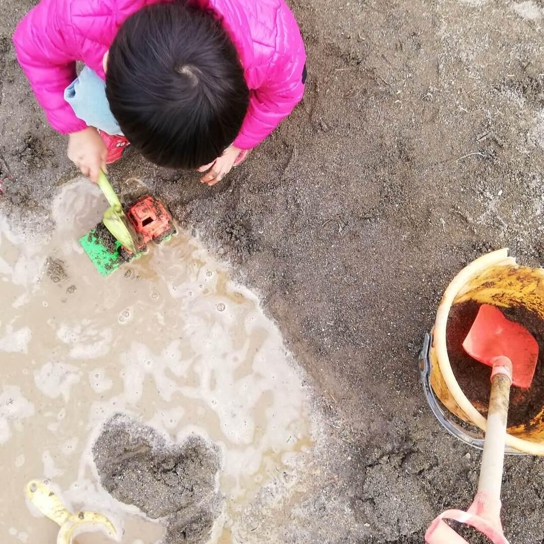 親として見守りたい。0歳、1歳、2歳、3歳…砂場での遊びや学びは子どもの発達とともに変化していく!