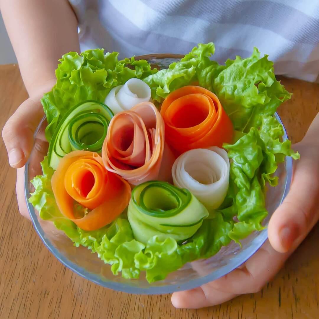"""かわいすぎて親子で""""キュンです♡""""ピーラーを使った「ブーケサラダ」なら生野菜もパクパク食べられる!"""