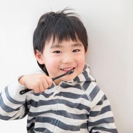 自ら歯を磨く子は、読み書きや計算の基礎学力が身についている!?歯磨き習慣と学習習慣との関係とは?