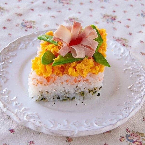 か、かわいすぎっ!ハムの飾り切りがポイント♪牛乳パックで作る簡単「ひし餅風3色ケーキずし」