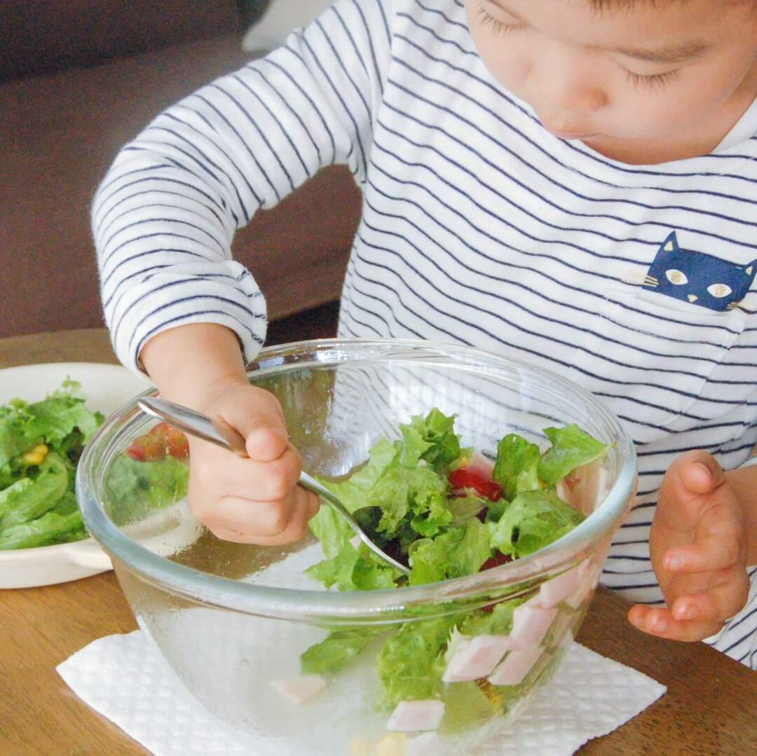 野菜をなかなか食べない…とお悩みのママにおすすめ!知育ポイントたっぷりの「葉野菜をちぎる」お手伝い