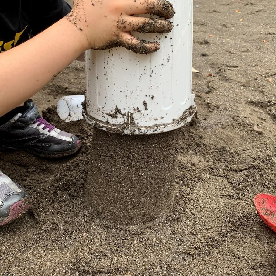 じつは大人も楽しい「砂場遊び」。牛乳パックや植木鉢など、意外なモノで親子でもっともっと楽しく!