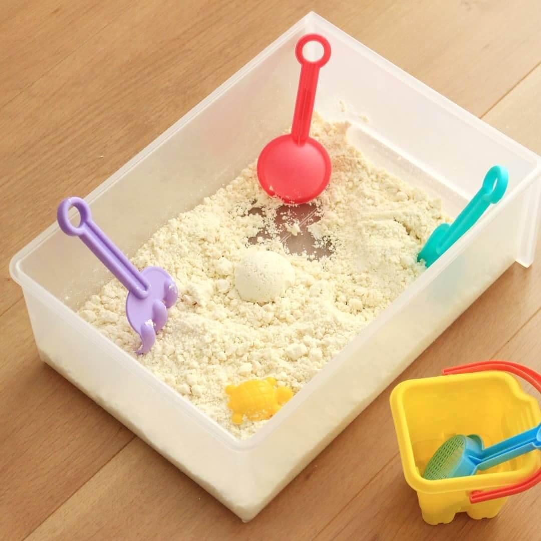 おうちにある【材料2つ】で【5分】で完成!巣ごもりの毎日にぴったりの室内お砂遊び用「手作り砂」