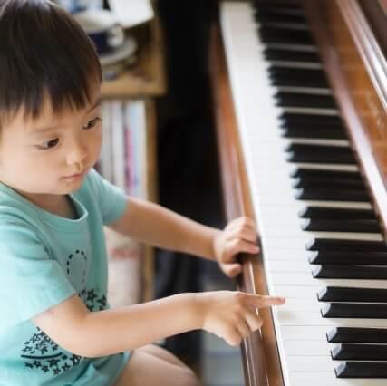 """幼児がピアノを習う時に大切なのは""""興味や感性""""。引っ込み思案な子もOKの「発表会のないピアノレッスン」って?"""