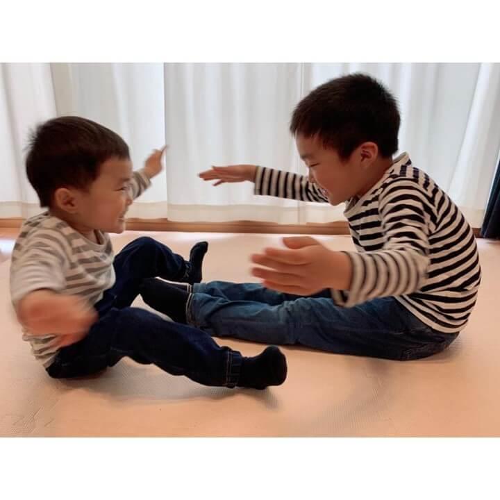 体力を持て余した男の子が汗だく&大盛り上がり!反射神経、体幹、動体視力…を養う「おうちでできる運動あそび6」