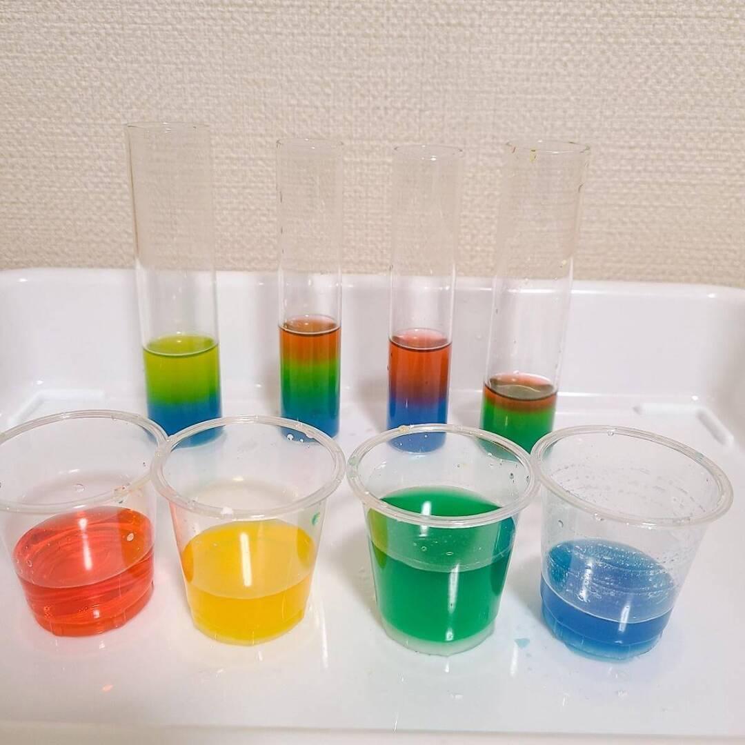【不思議なおもしろ実験】どうして?色水が混ざらず層になった!まるでカクテルみたいな美しさにワクワク☆
