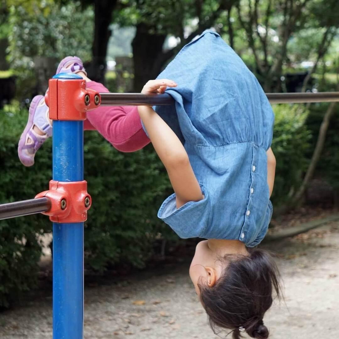 焦り、イライラは禁物!親が子どもに【鉄棒の前回り】を教えるときの3つの極意