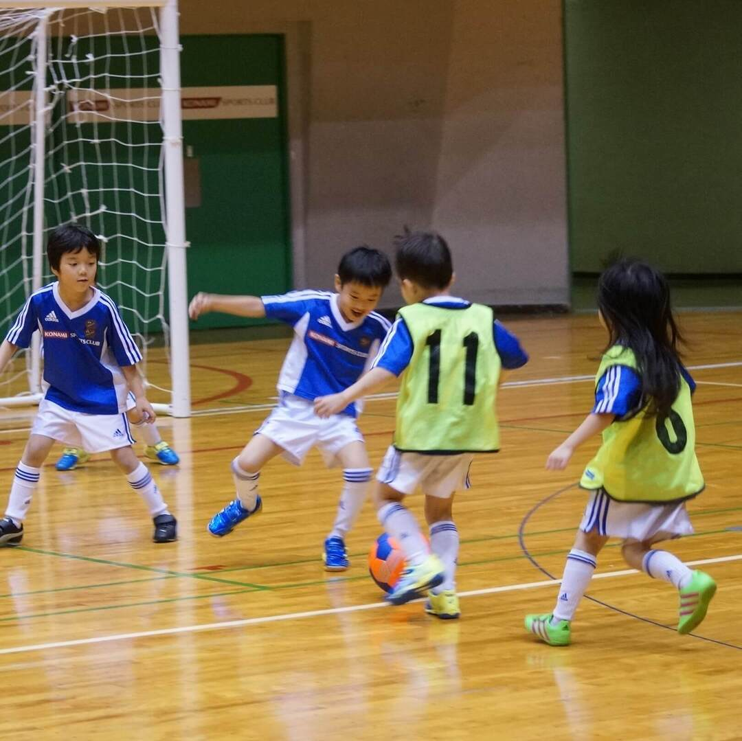 柔軟性、瞬発力、バランス感覚、リズム感…「サッカースクール」ではいろいろなスポーツにつながる力が育まれる