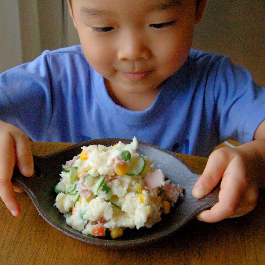 じゃがいもの七変化に子どもも興味津々!「つぶす」「まぜる」のお手伝いでポテトサラダが完成♪